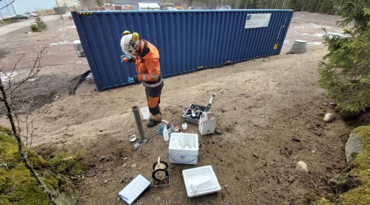 Doranovan maaperän ja pohjaveden tuotekehityspäällikkö Mikko Myllymäki ottamassa pohjavesinäytteitä. Taustalla näkyy DoAct® CORE -kunnostusyksikkö